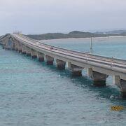 白い橋が伸びている