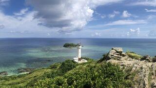 石垣島の最北端に位置する平久保崎。青いサンゴ礁の広がる海と背景に眺める白い灯台