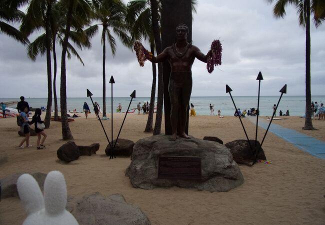 ワイキキビーチにあるサーフィンの神様として今でも尊敬されているお方!