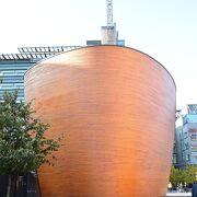 オレンジ色の卵型!斬新なデザインの木造建築カンピ礼拝堂!