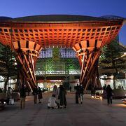 金沢駅の入り口に立つ美しい門