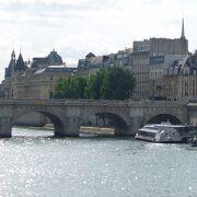 下流にある芸術橋Pont des Artsを眺めている観光客も多かった