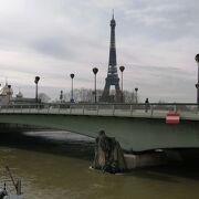 ズワーブ兵の像がある橋です