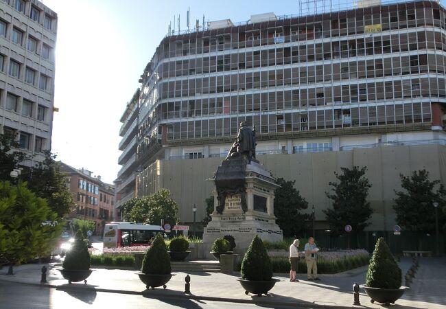 グラナダの中心にあるカトリック王イサベル女王広場