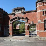 刑務所の門