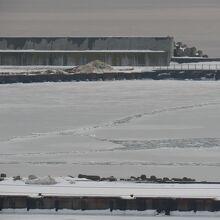 港が凍っているのが見えました