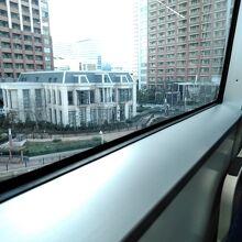 窓からは絶えず変化してゆく東京の街並みが展望できます