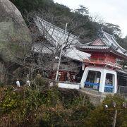 大きなお堂と巨岩の千光寺さん