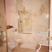 大理石の広いバスルーム