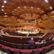 ホール完成直後と30年後の聞き比べ、当初からこちらのコンサートホールの音響は評判が悪かったが現在は如何に?