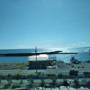 屋上から海を