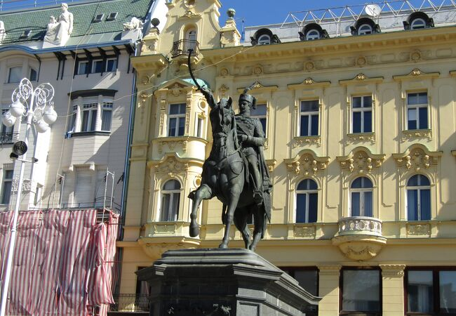 イェラチッチ総督の騎馬像