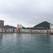 船溜まりの水面に映える商業施設