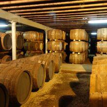 くらくらするようなウィスキーの匂いに満ちた熟成室
