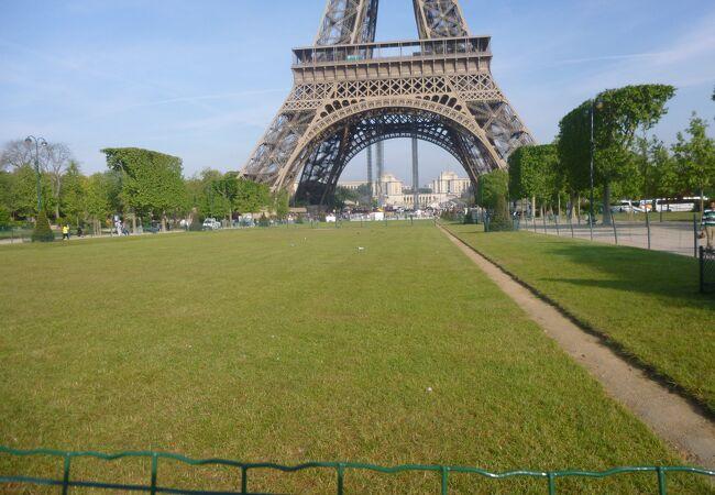 エッフェル塔の裏手の公園