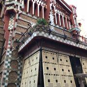 26歳のガウディが設計した華々しくボリューミィな別荘