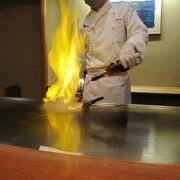 シェフが目前で炎のステーキ料理