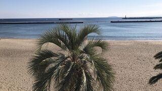 温泉街の街中のビーチ