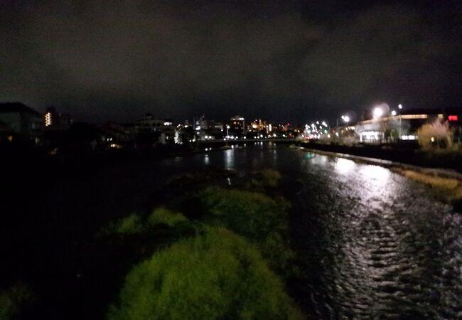 夜の鴨川は風が強かったです。