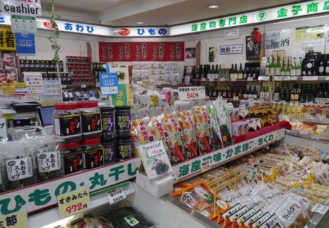 鳥羽駅直結のお土産やさん・飲食店街。