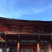 朱色の回廊が印象的な奈良市春日野町にある神社