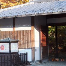 宿の門は純和風でいい雰囲気