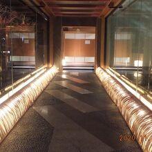 食事処へのアプローチは京風の犬矢来(いぬやらい)の竹垣が光る