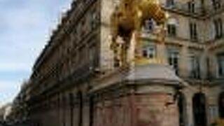 ジャンヌダルク像とピラミッド広場
