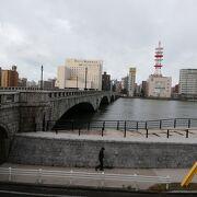 信濃川に架かる重要文化財の萬代橋