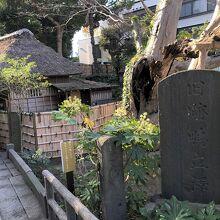 庵の入口の碑
