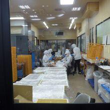 その左手奥には製造工場がガラス越しに見物出来ます