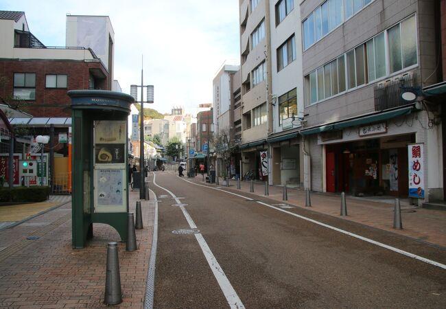 大街道からロープウェイ乗り場に向かう商店街です。
