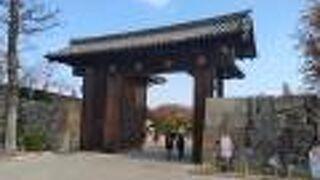 桜門橋を渡った先の門