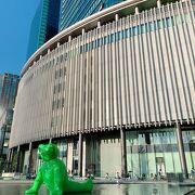 大阪駅直結のオシャレショッピングスポット。 緑のクマさんの噴水がカワイイ!