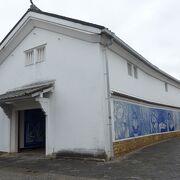 江戸時代に建てられた蔵の壁面に装飾タイル画が施されていました!!