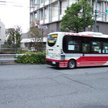 小滝橋通りを走るミニバス