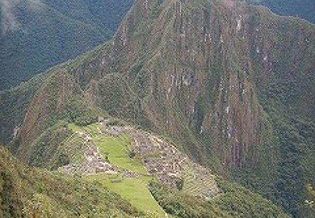 遺跡の背後にそびえる山