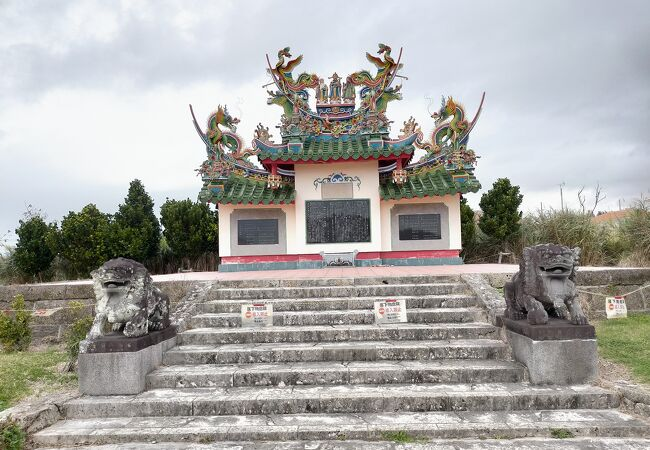 カラフルな唐人墓は悲惨な事件の犠牲になった中国人の鎮魂のためのお墓だった
