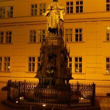カレル4世の像