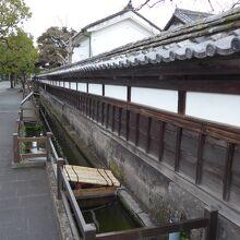 入り口の門と屋敷の外塀