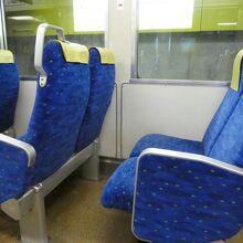 黒氏シートの電車あり。