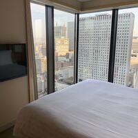 ベッドルームは窓が大きく開放的