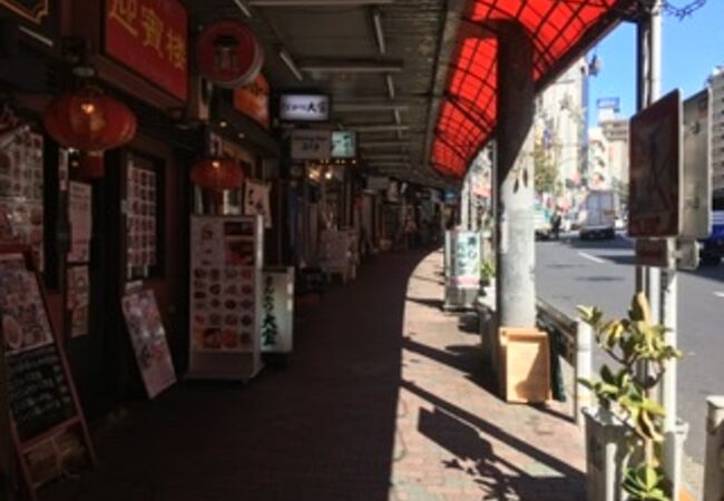 坂の両側に連なる飲食店街