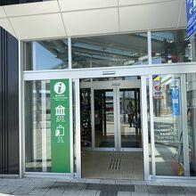 新幹線の駅を出てすぐの建物