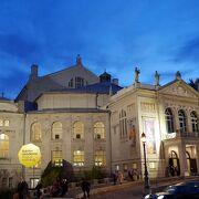 もともとはワーグナー作品の上演の為に造られた劇場で豪華絢爛、至福の音楽鑑賞となること請け合い!