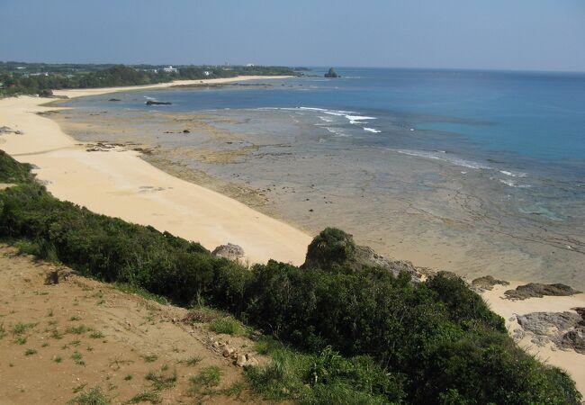 眼下に透明度抜群の奄美ブルーの海と珊瑚礁を観る