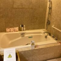 バスルームも広いです。バスタブには1分でお湯がたまる!!