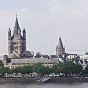 大きな塔とそれを囲むように3本の小塔がついている変わった形