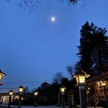 灯籠とお月様が綺麗でした。