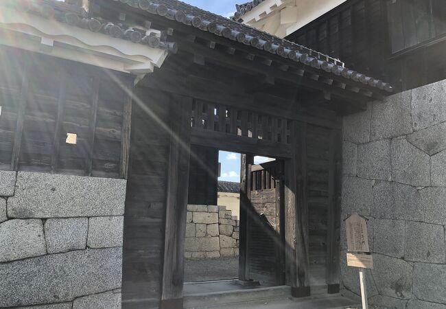 天守の近くにある高麗門です